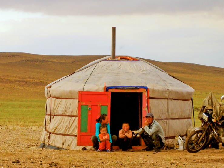 Mongolian_family_in_front_of_her_ger